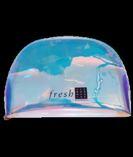 Pochette holographique et transparente marquée du logo Fresh, vendue chez Sephora. Trousse garnie de produits de beauté Fresh.
